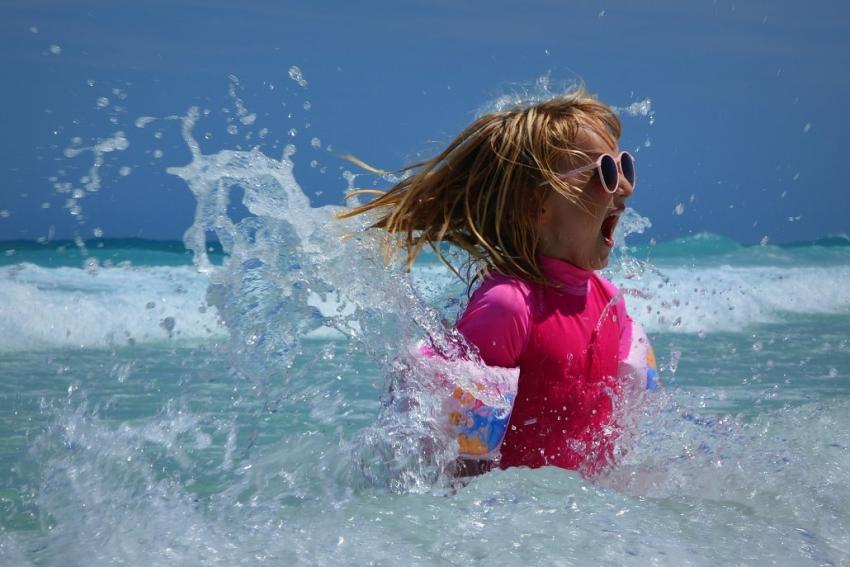 Zabawkowe lub źle zrobione okulary przeciwsłoneczne to zagrożenie dla wzroku Twojego i Twoich dzieci [fot. Pixabay]