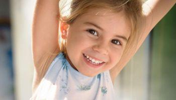 Samodzielna higiena zębów u dzieci podczas wakacji. Jak przygotować najmłodszych do dbania o zęby?