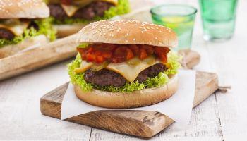 Przepis na wyjątkowego burgera ze specjalnym serem Cagliata od Hochland! [fot. materiały prasowe /  Hochland]