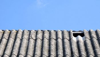 Jak wymienić toksyczny dach z azbestu na nowe pokrycie? / fot. AdobeStock
