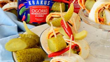Dwa nowe smaki ogórków korniszonów od Krakusa: pikantne z chili  i wyraziście czosnkowe – sprytny sposób na urozmaicenie menu.