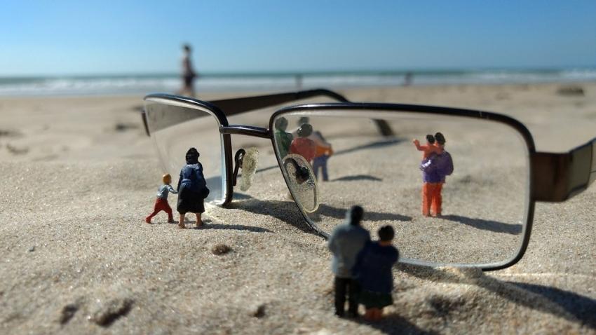 Soczewki czy okulary – co wybrać kiedy jedziemy nad morze? [fot. Pixabay]