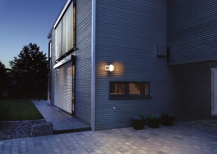 Oświetlenie przed domem jako ochrona budynku i zabezpieczenie przed złodziejami [fot. materiały prasowe / Steinel]