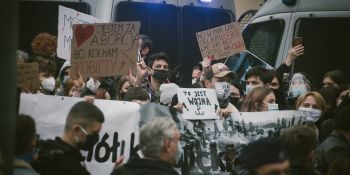 Strajk Kobiet - manifestacja pod kurią w Krakowie