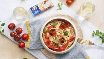 Przepis na włoski makaron z pomidorami i papryką [fot. materiały prasowe / Hochland]