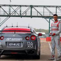 Nissan GT-R sterowany gamepadem okrąża tor Silverstone [WIDEO]