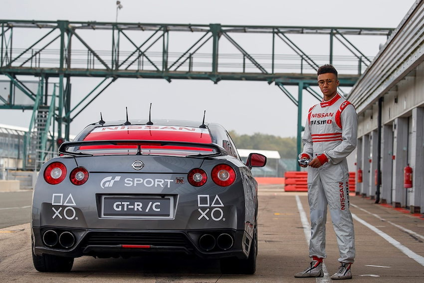 Pierwszy na świecie Nissan GT-R sterowany gamepadem okrąża tor Silverstone z prędkością 211 km/h