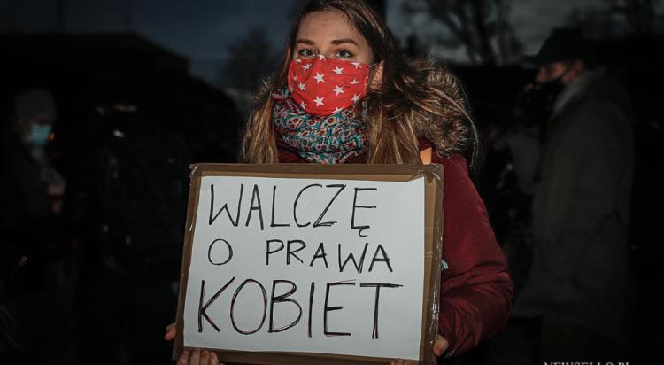 Strajk Kobiet: Kartonowa procesja - manifestacja we Wrocławiu