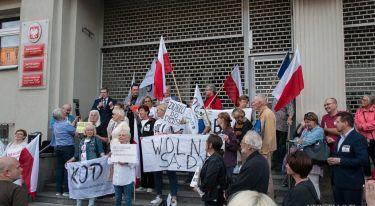 Manifestacja przed Sądem okręgowym w Poznaniu