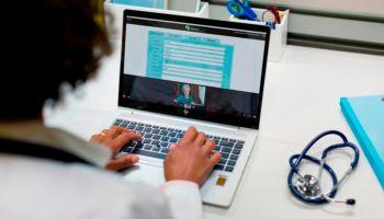 Opieka zdrowotna z bezpiecznymi oraz inteligentnymi urządzeniami HP