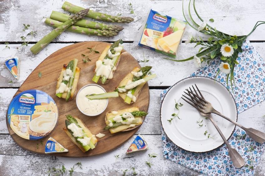 Grzanki, szparagi i serowy sos holenderski – idealne połączenie na wiosnę! [fot. materiały prasowe]