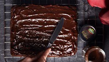 Brownie kokosowe – przepis na szybkie ciasto z dodatkiem czekodżemu Łowicz [fot. materiały prasowe / Łowicz]
