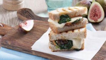 Przepis na tosty z ciągnącym się serem oraz ciekawymi dodatkami! [fot. materiały prasowe / Hochland]