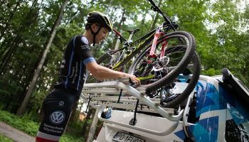 Jak zapakować rower do samochodu? Poznaj wady i zalety dostępnych rozwiązań! [fot. Partner of Promotion]