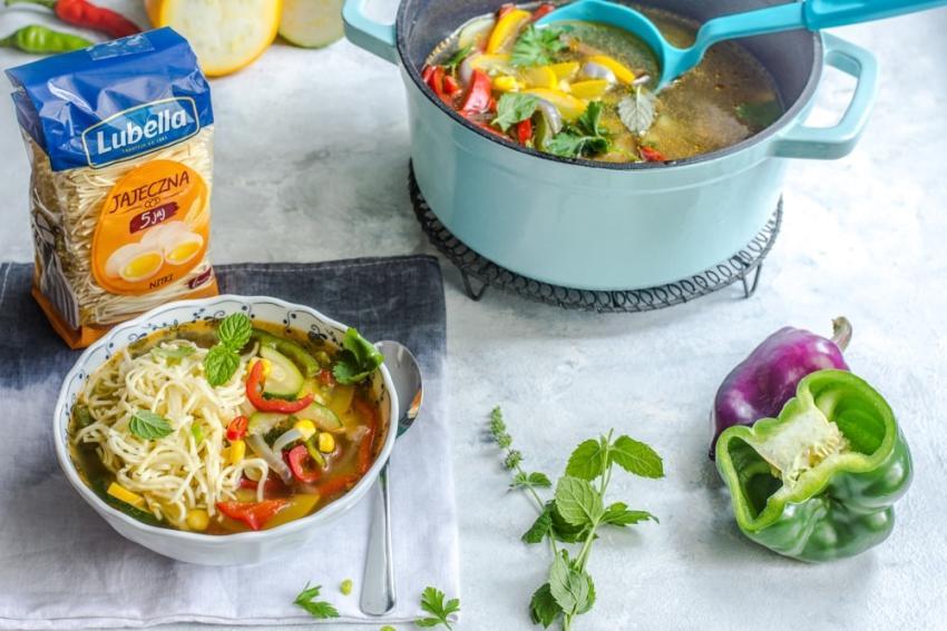 Najlepsze zupy na lato – oryginalna zupa warzywna i krem z cukinii [fot. materiały prasowe / Lubella]