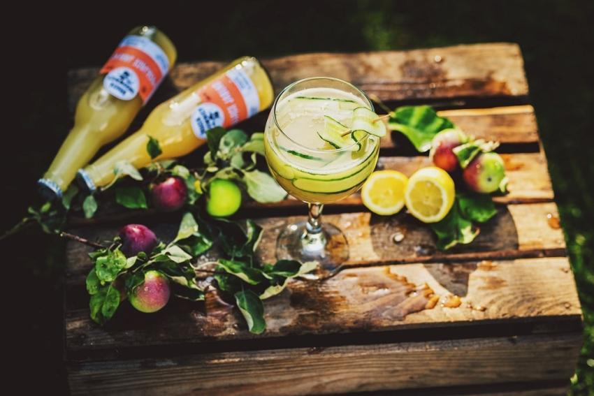 Drinki na lato – przepisy bezalkoholowe z Musującym Jabłkiem! [fot. materiały prasowe / Bracia Sadownicy]