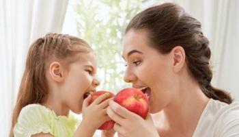 Jak nauczyć dziecko zdrowego odżywiania? Oto 5 sposobów! [fot. Adobe Stock]