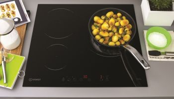 Co jest najpotrzebniejsze w kuchni? Oto dwa sprzęty, które zapewnią ci niezbędne funkcje! [fot. materiały prasowe / Indesit]