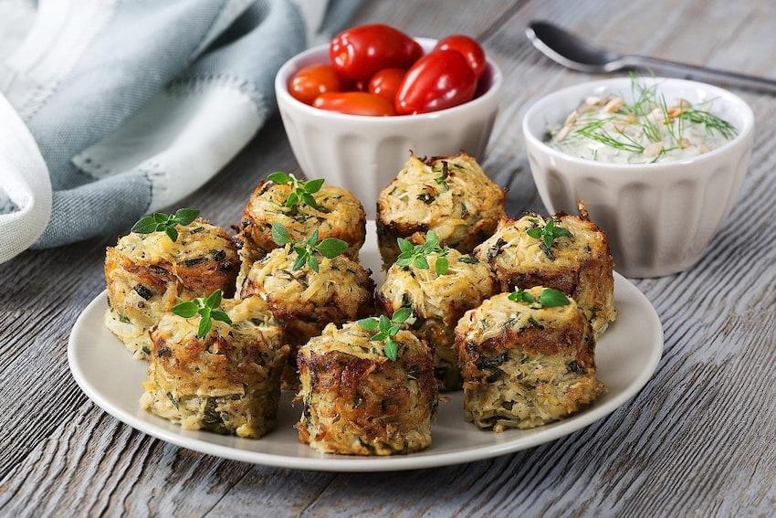 Zdrowy smak natury – Pieczone placuszki ziemniaczano-selerowe z ziołowym dipem
