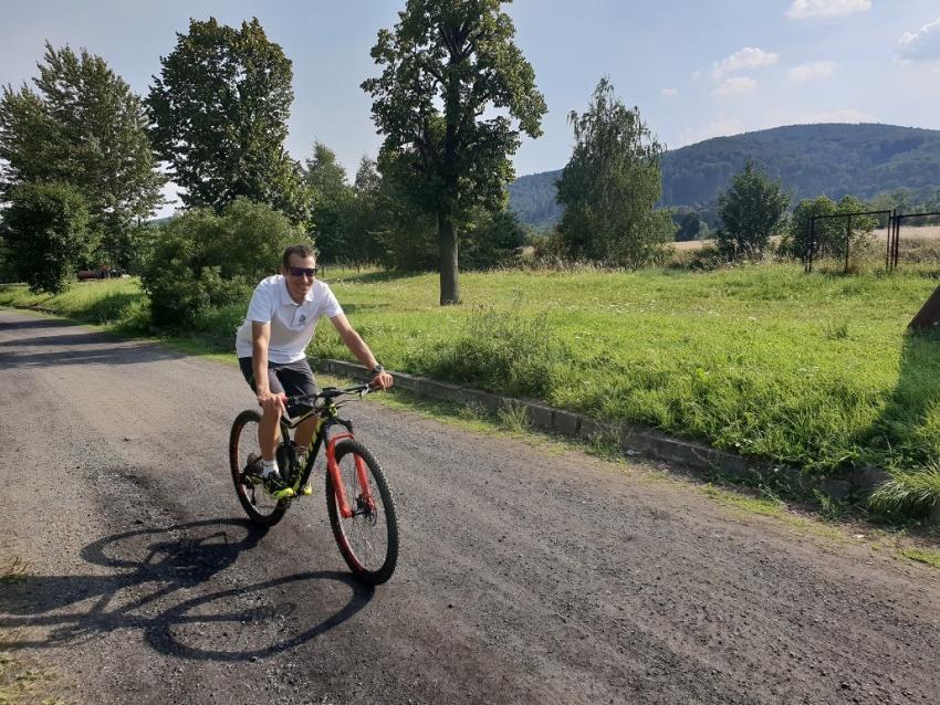 Jak wybrać ubrania na rower? Połącz wygodę i elegancję! [fot. Michał Ficek]